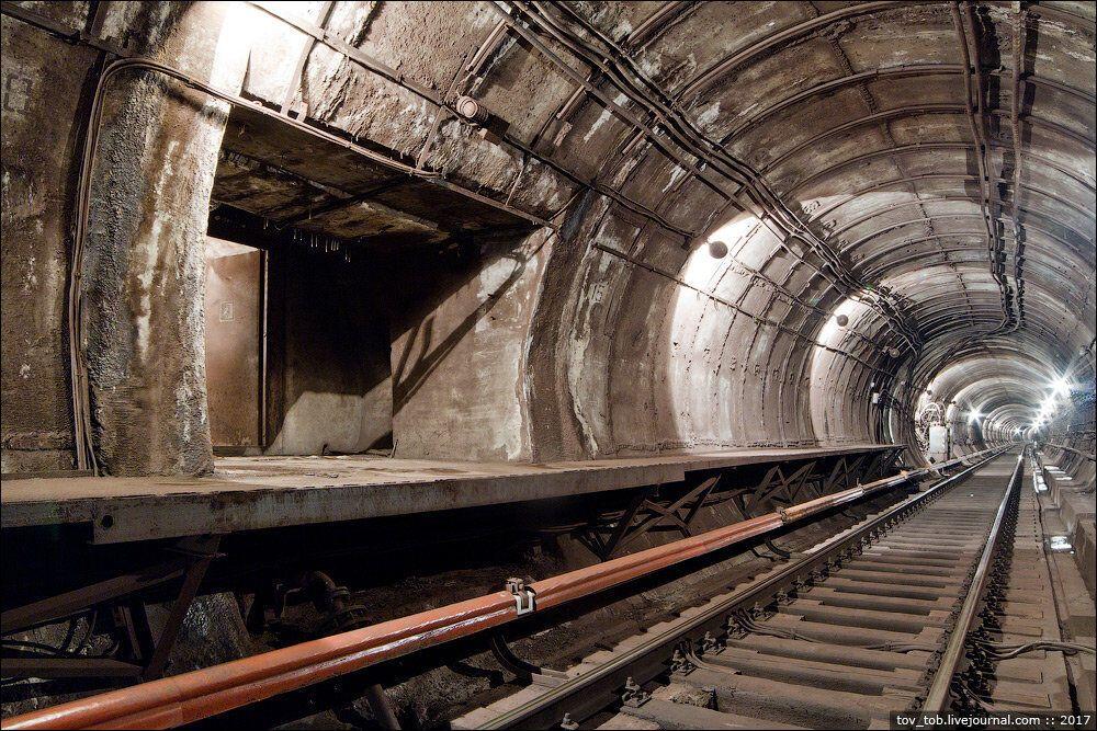 В тоннеле сделали соответствующую металлическую платформу