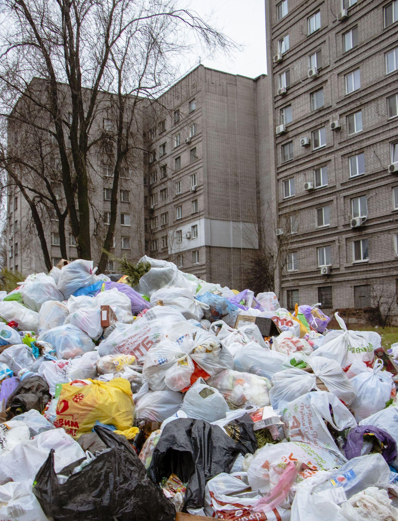 """У общежитий """"Днепрокоммунтранс"""" образовалась огромная свалка"""