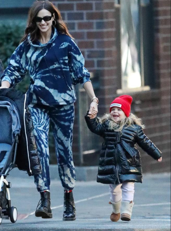 Ирина Шейк с Леей в Нью-Йорке, 2019.
