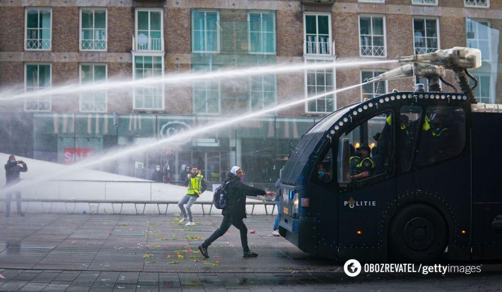На вулиці Роттердама вивели водомет.