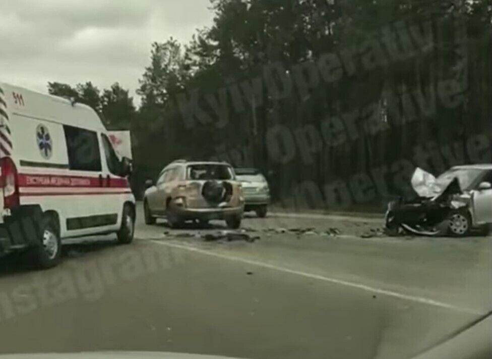 У якийсь момент в автомобілі, які стояли на дорозі, в'їхала Skoda.