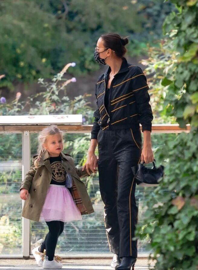 Ирина Шейк на прогулке в зоопарке с дочкой Леа