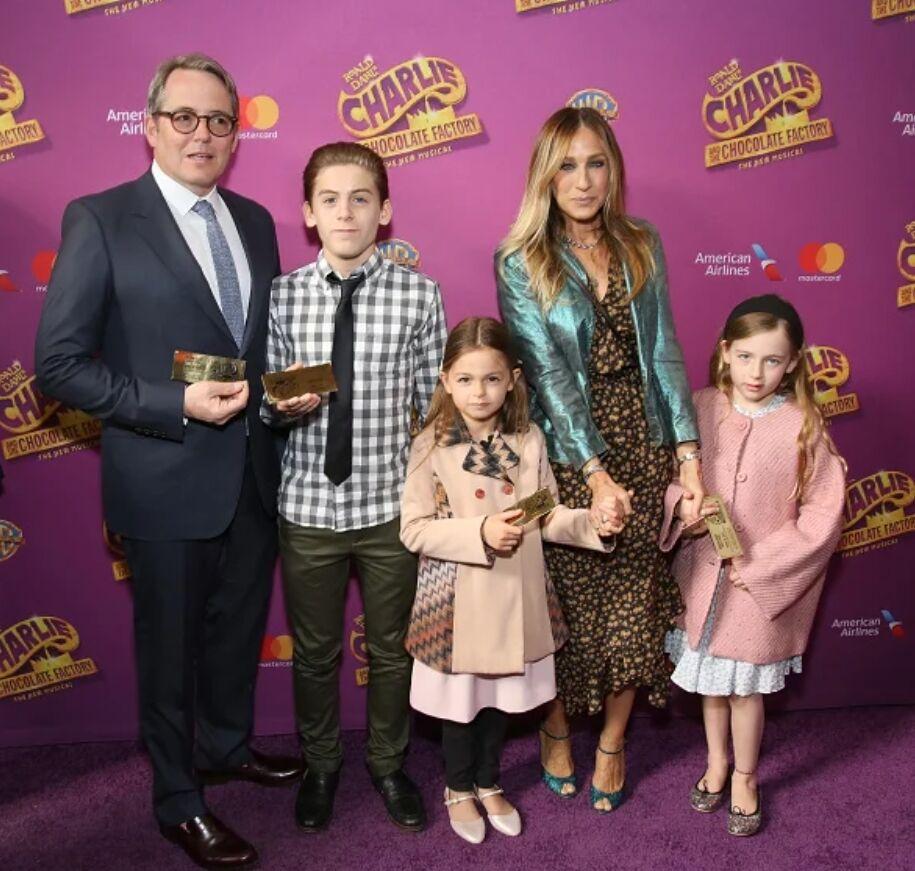 Сара Джессика Паркер и Мэттью Бродерик с сыном Джеймсом и дочками Мэрион и Табитой .