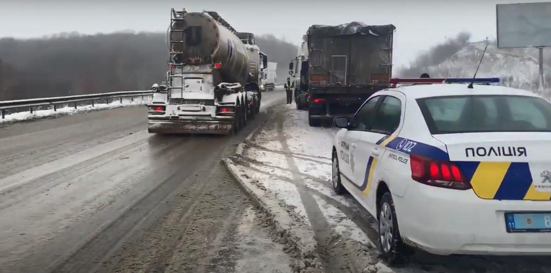 Грузовики образовали пробку на трассе Киев – Чоп.
