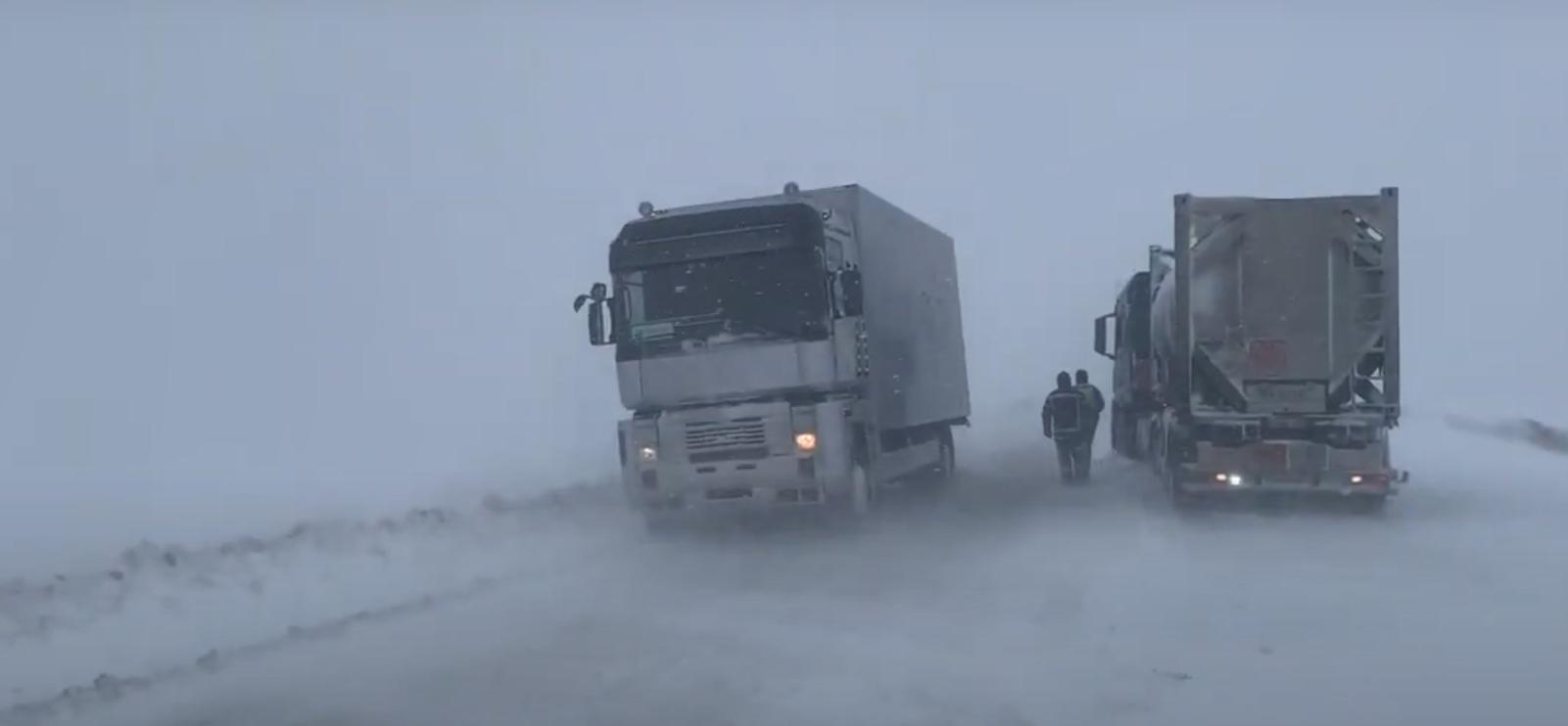 На дорогах в западных регионах Украины образовались заносы.