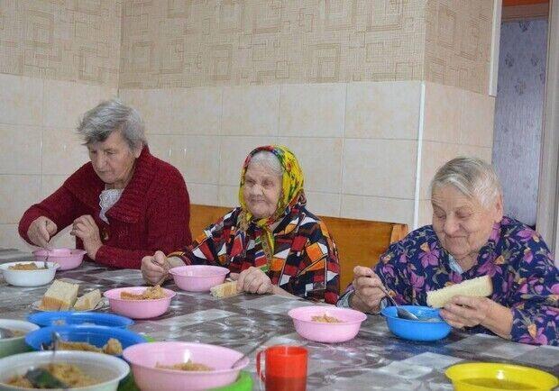 """У """"Золотому часі"""" хвалилися тим, як доглядають літніх людей"""