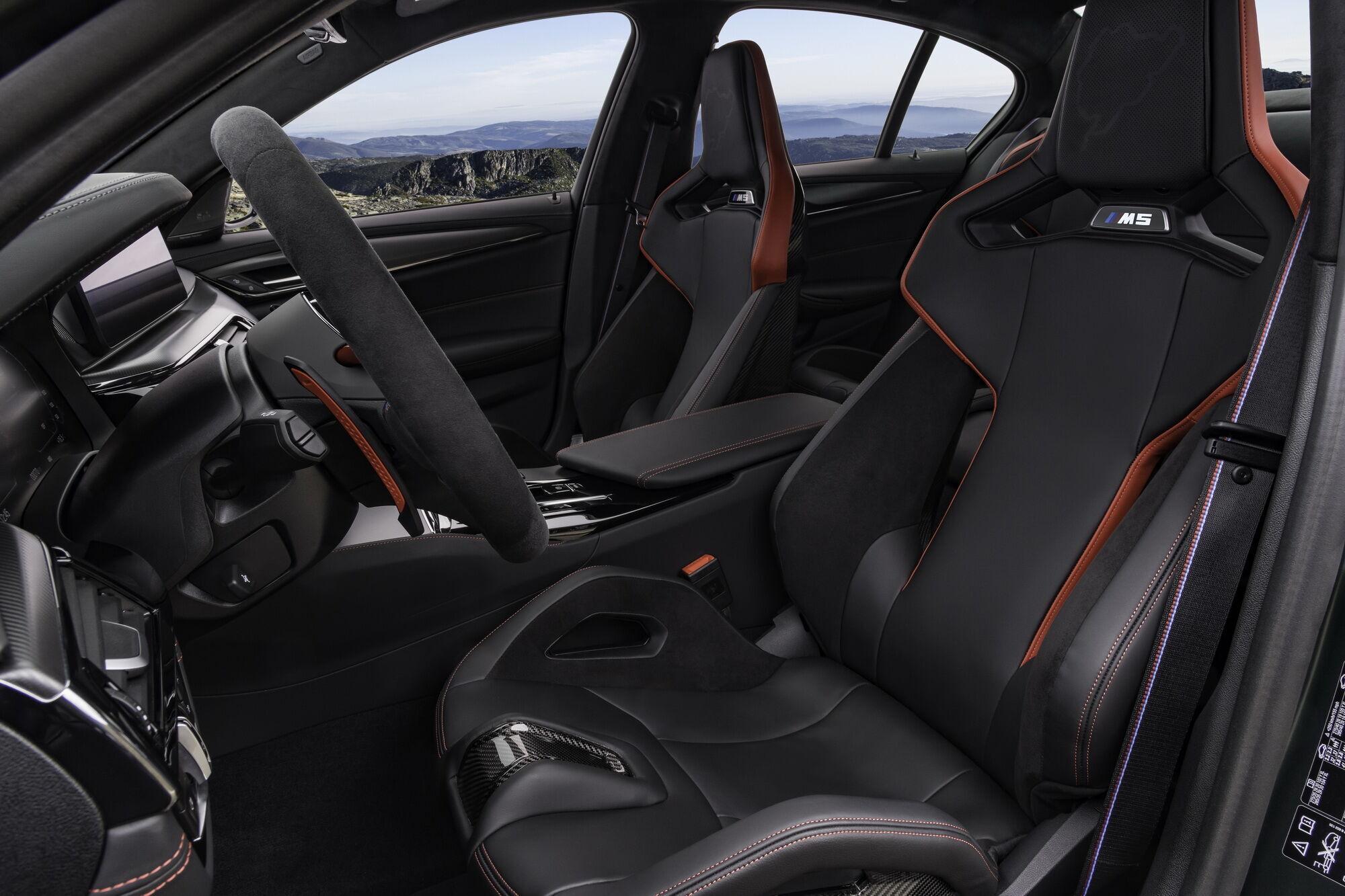 """Для водителя и переднего пассажира предусмотрены углепластиковые """"ковши"""" M Carbon"""