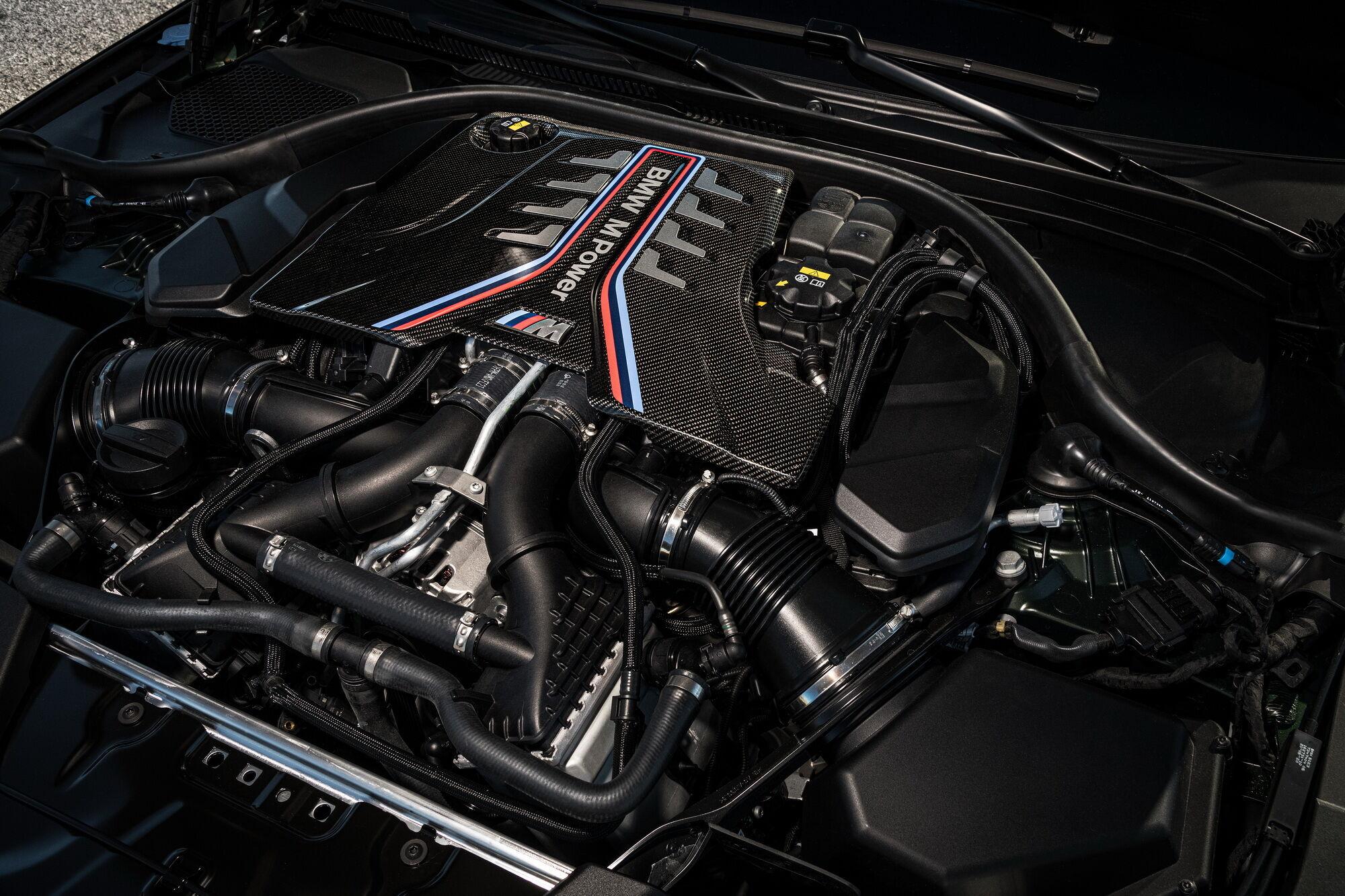 """Под капотом машины установили форсированный бензиновый мотор V8, который выдает """"на гора 635 л.с."""