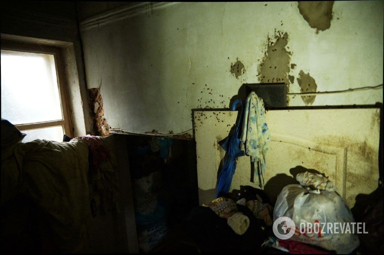 Квартира семьи из Харькова завалена мусором и хламом.
