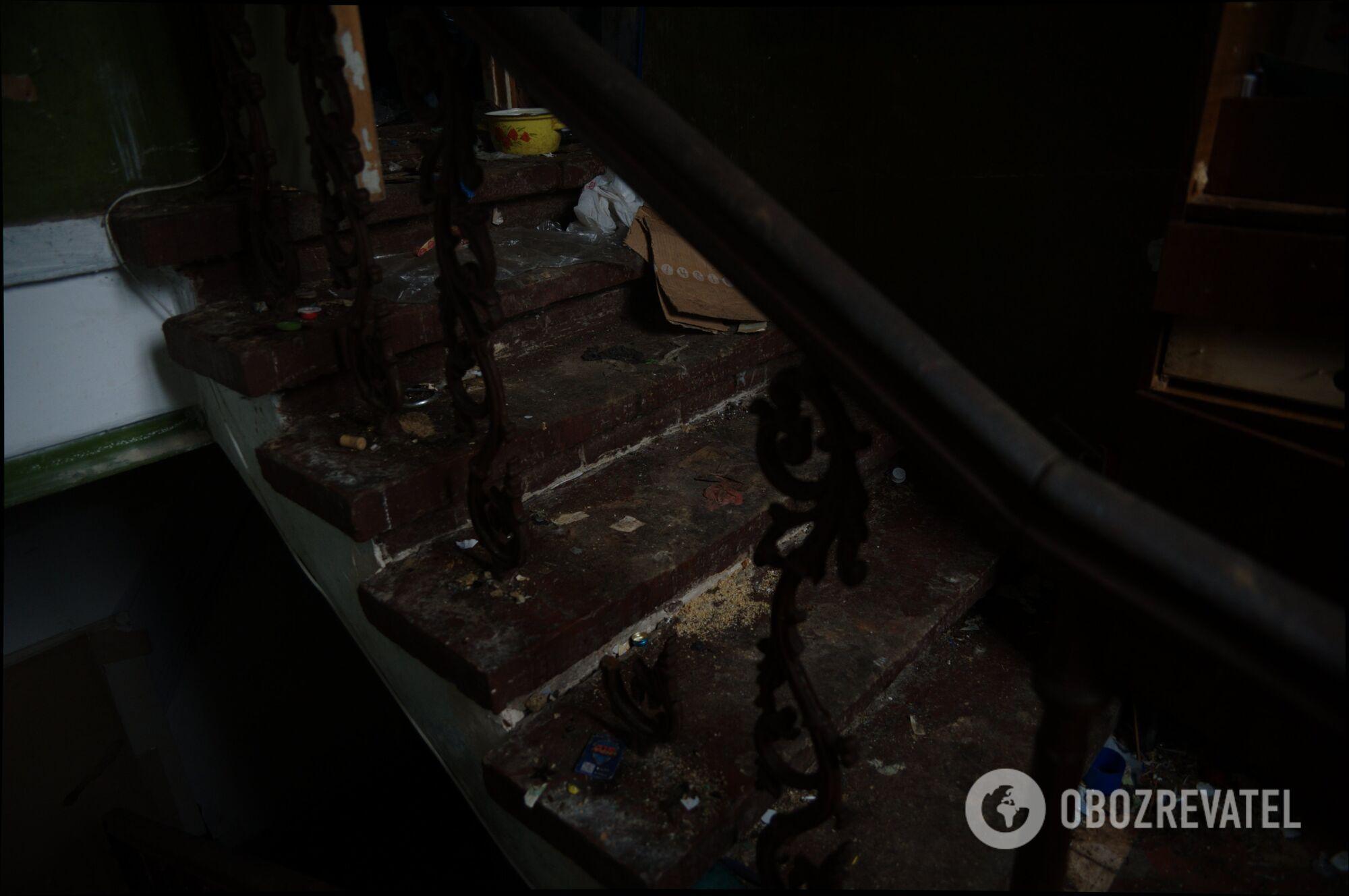 Мусором жители скандальной квартиры в Харькове засыпали даже лестницу.