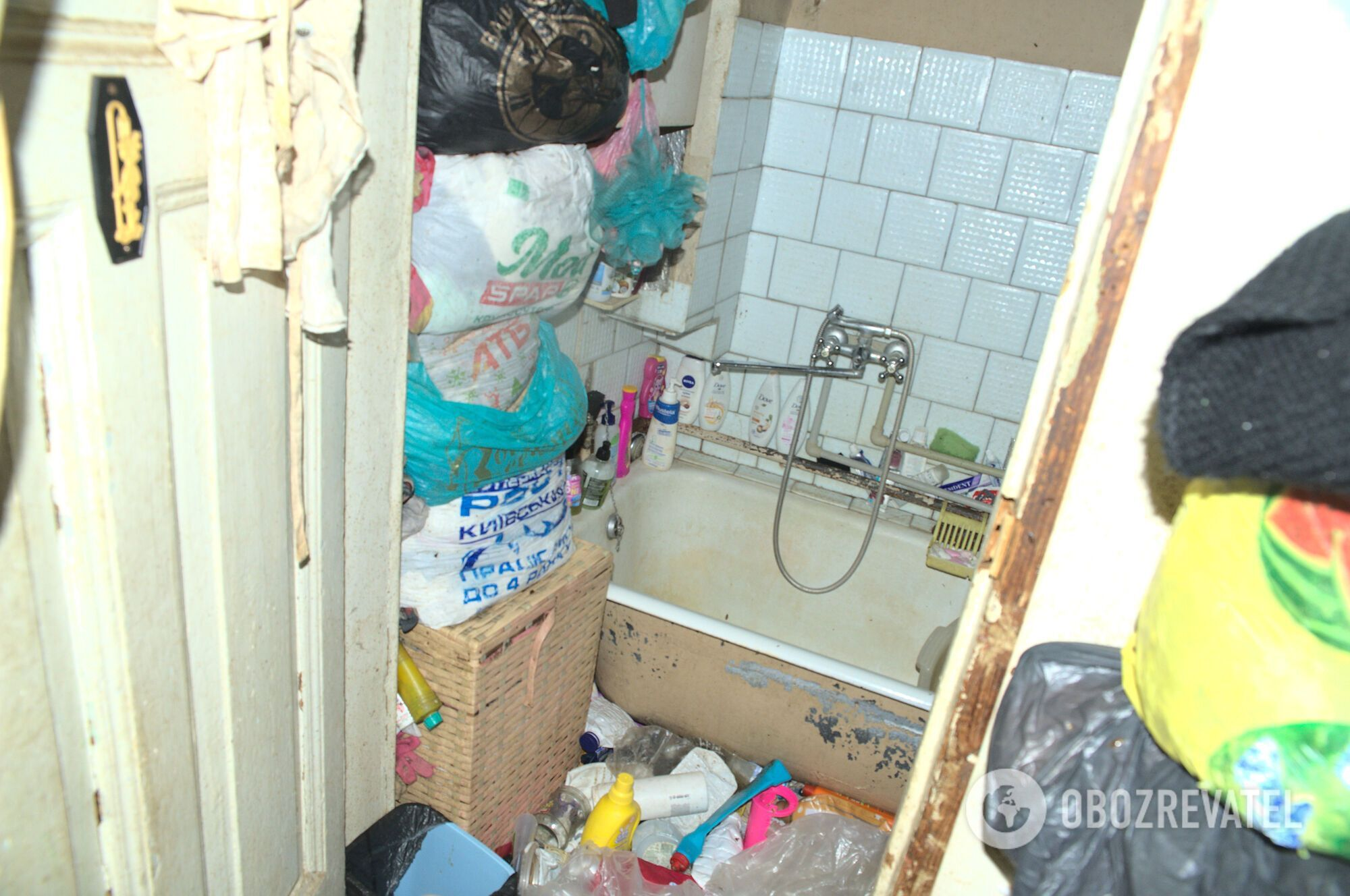 Мусор в харьковской квартире складывали даже в ванной.
