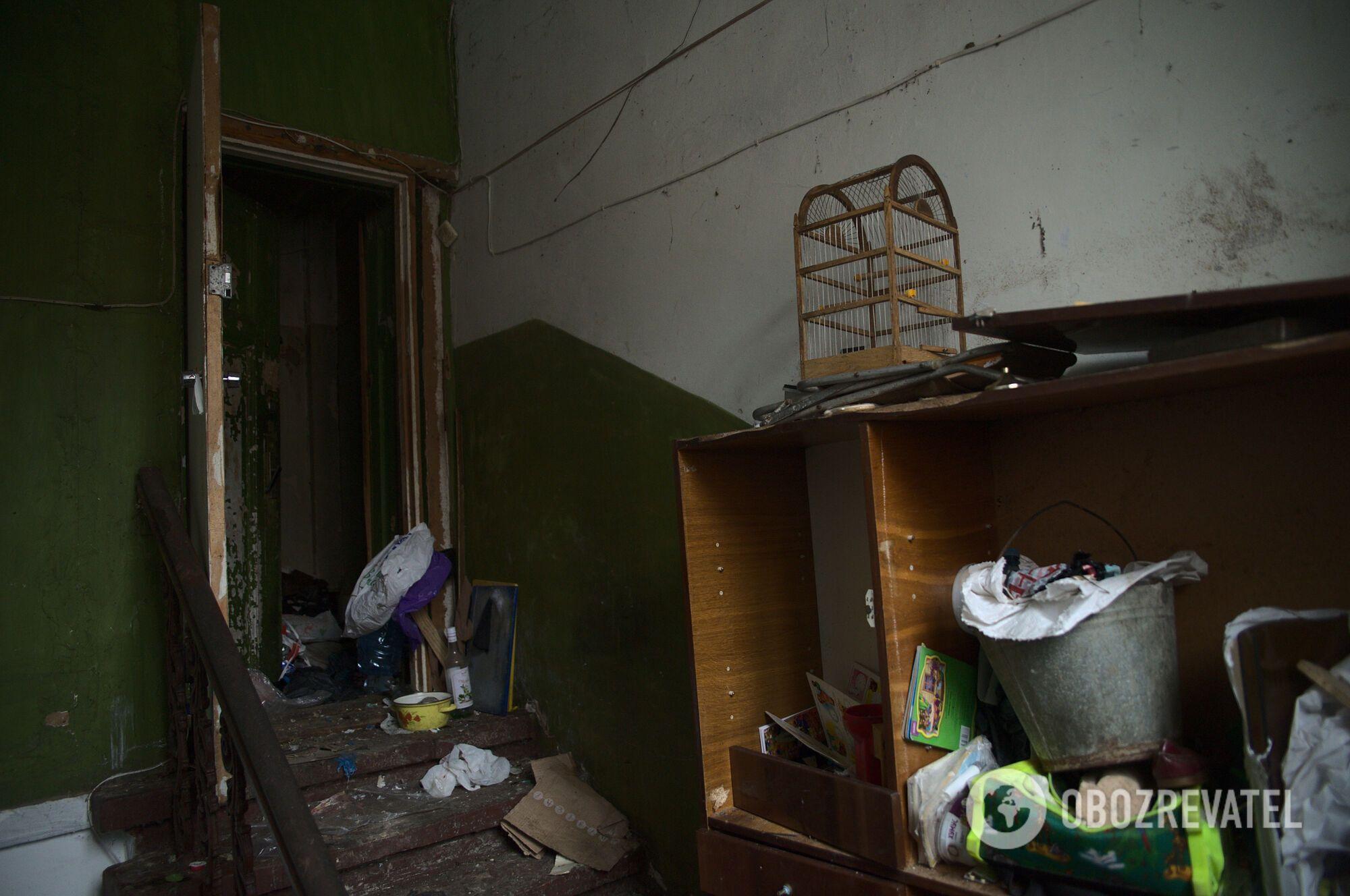 Весь потолок в грязной квартире в Харькове залеплен тараканами.