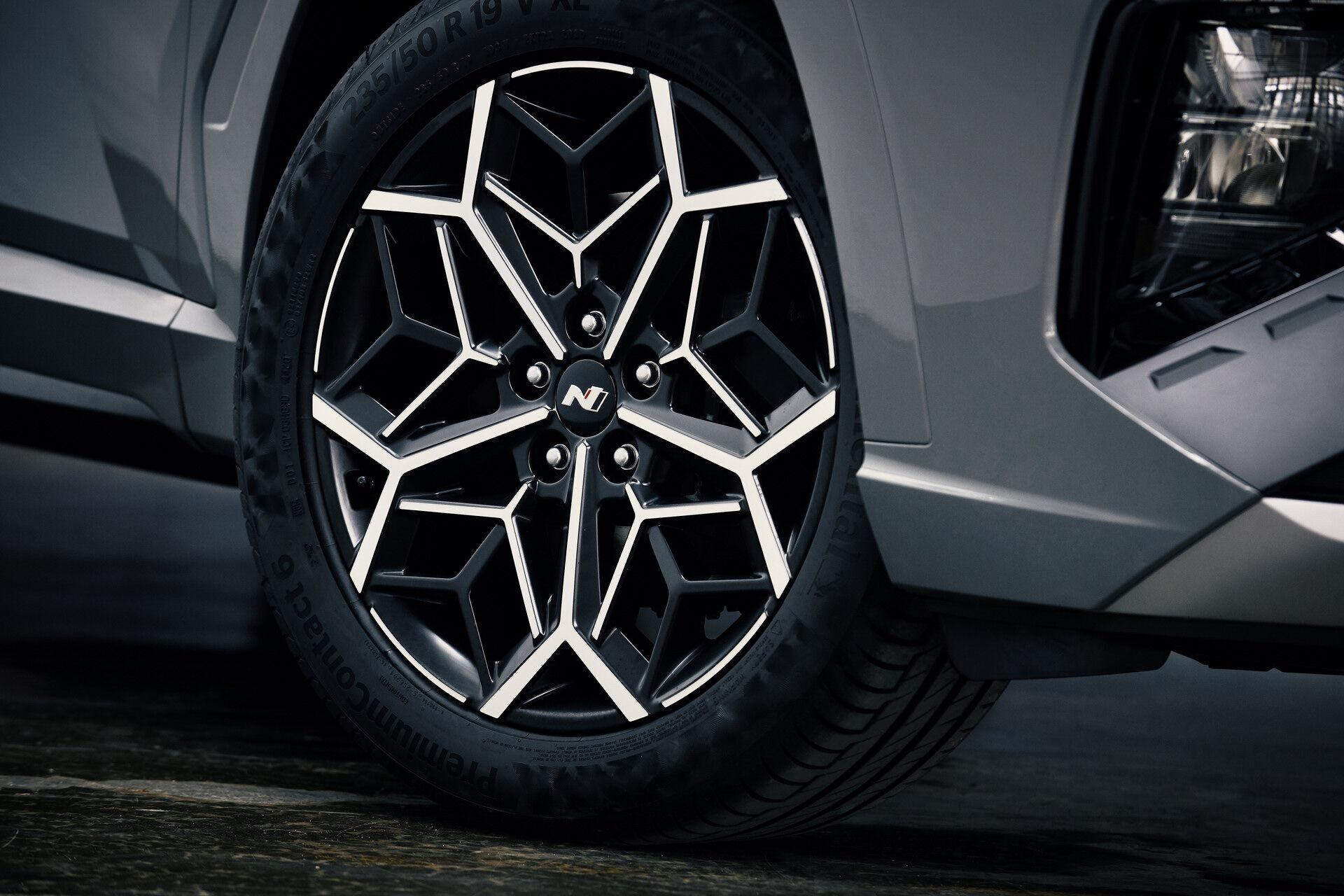 Особый шарм машине придают стильные 19-дюймовые диски оригинального дизайна