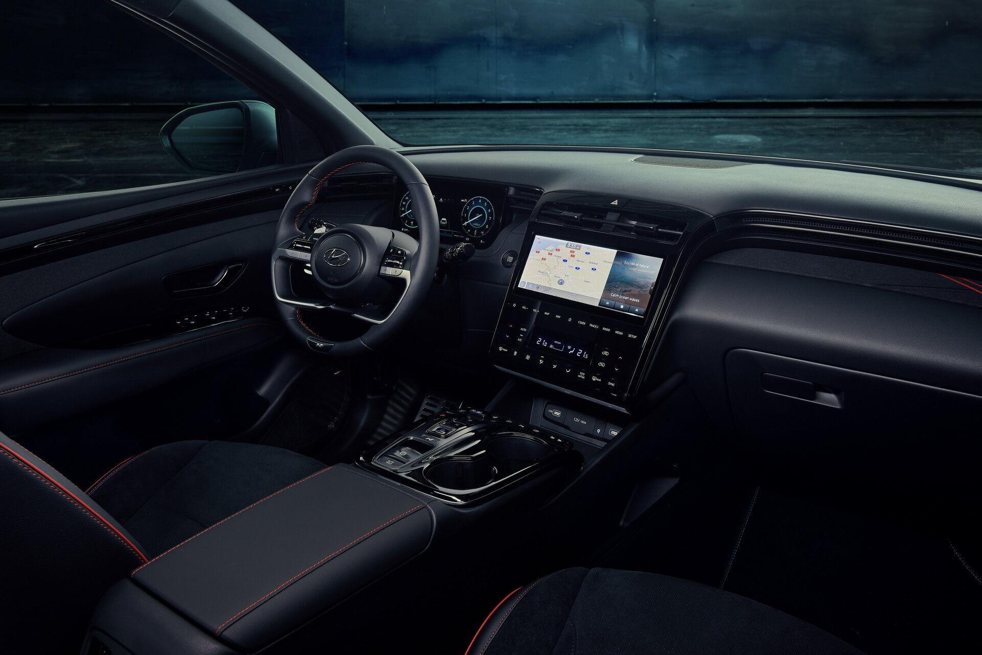 Автомобиль щеголяет полностью цифровым кокпитом с двумя 10,25-дюймовыми дисплеями
