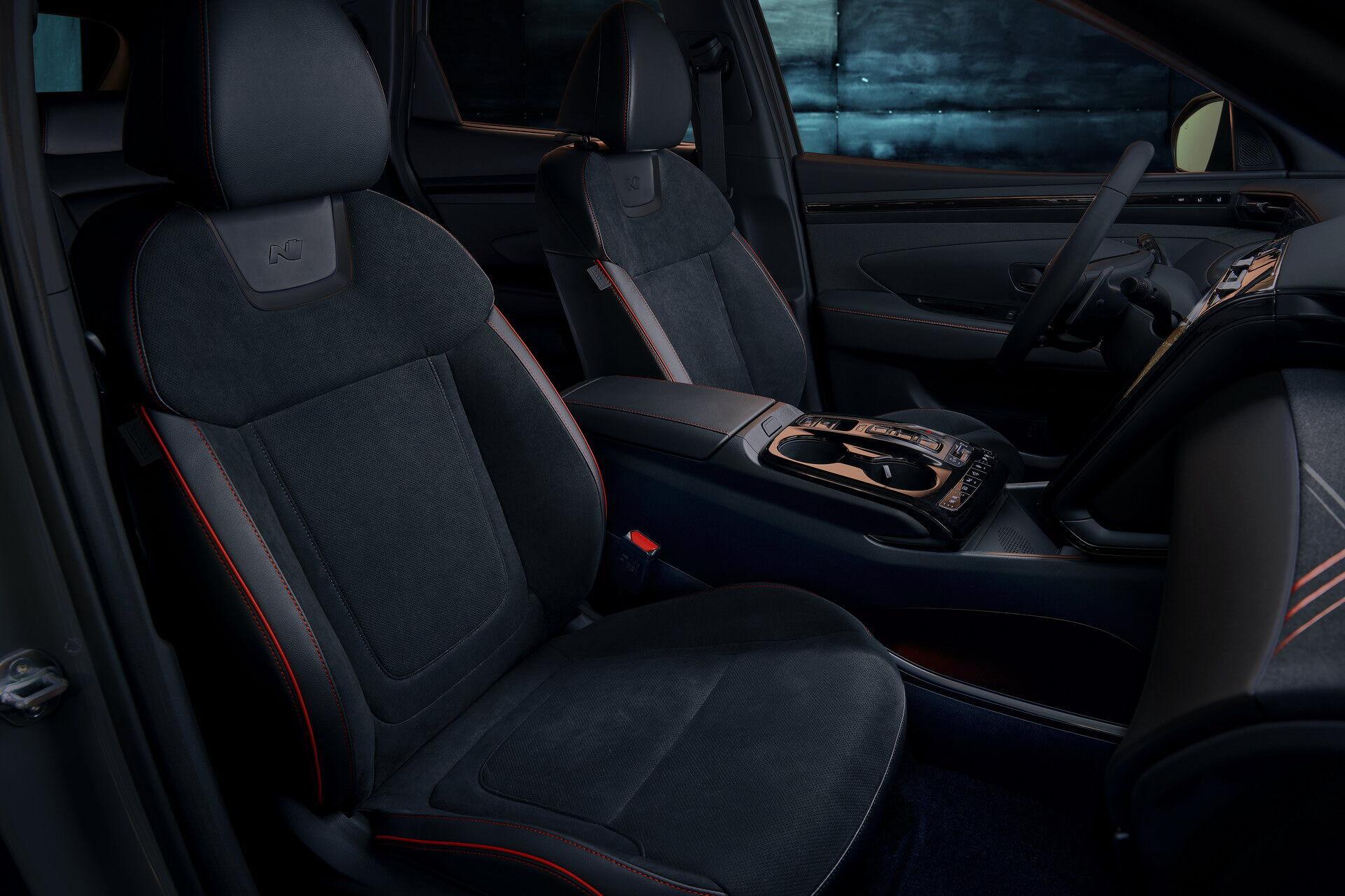 Спортивные сиденья имеют комбинированную отделку из кожи и замши с контрастной красной строчкой