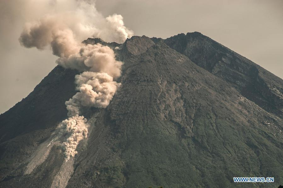 Облака пепла из жерла вулкана