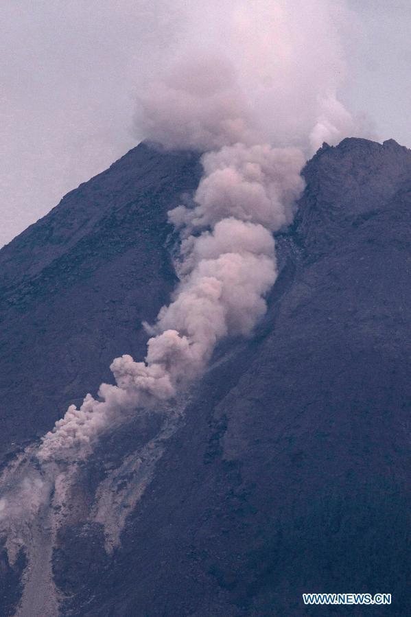 Вулкан выбрасывал пепел и дым