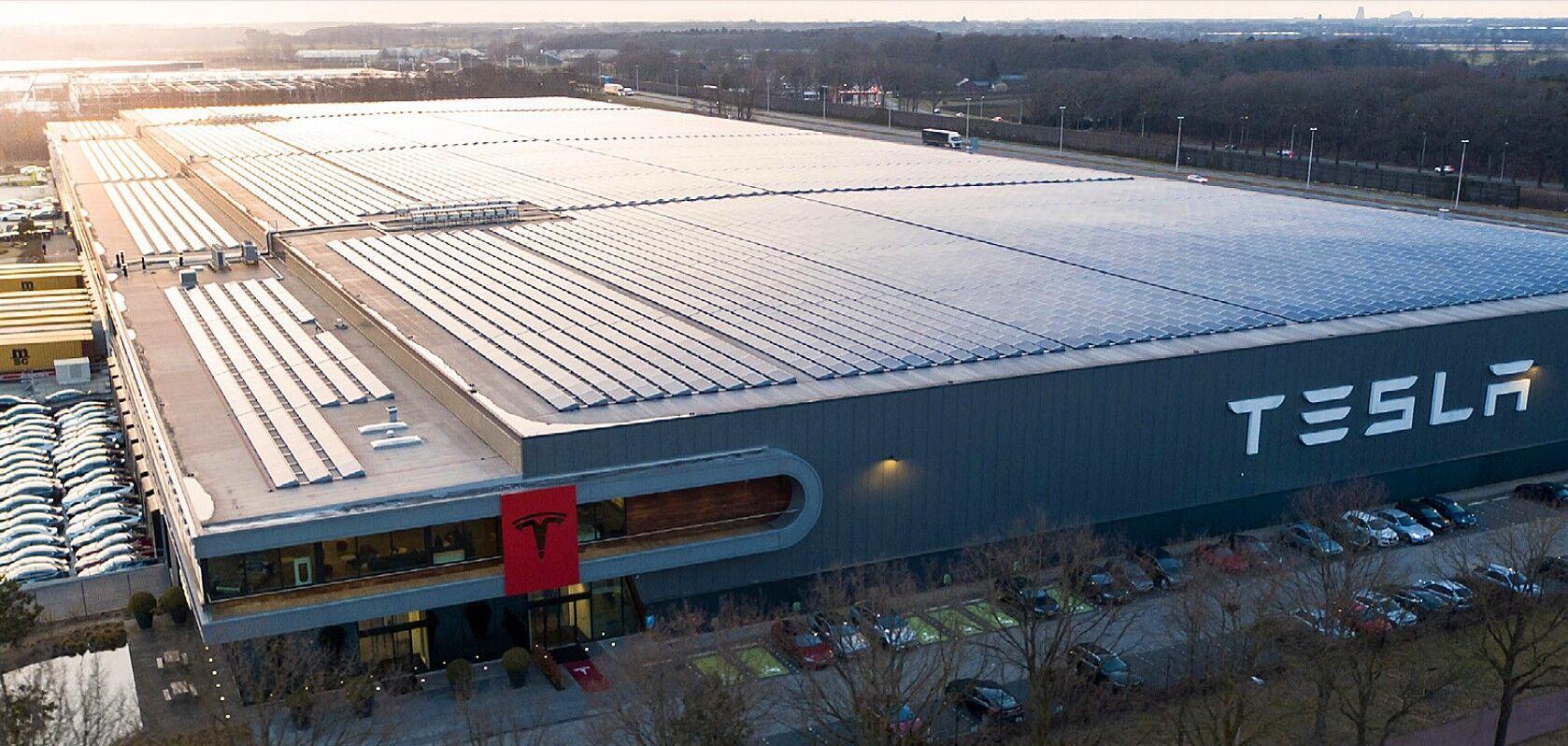Завод по производству электромобилей Tesla.