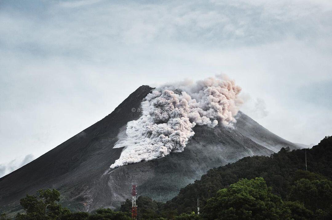 Вид извергающегося вулкана