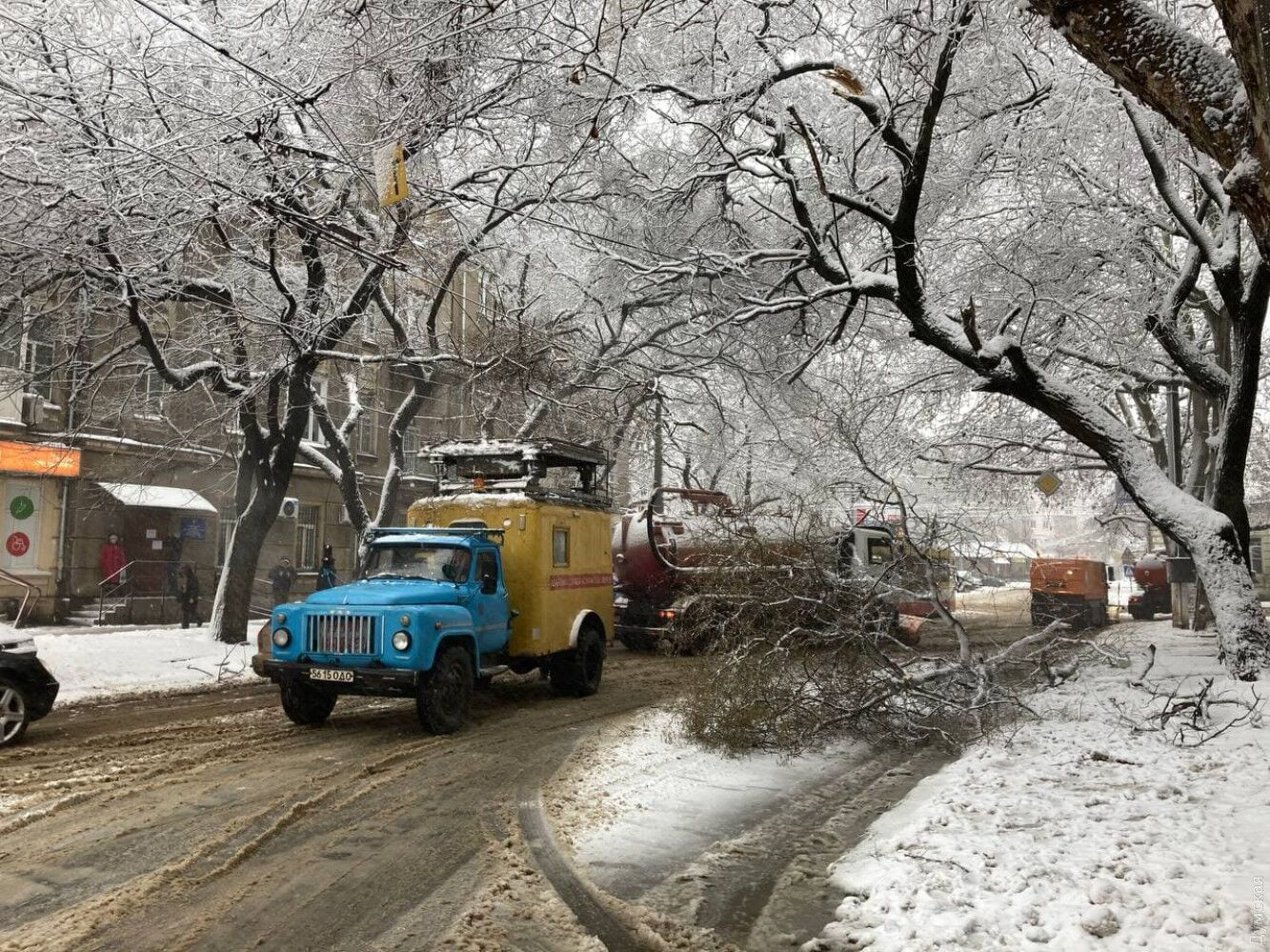 Комунальники прибирають наслідки снігопаду.