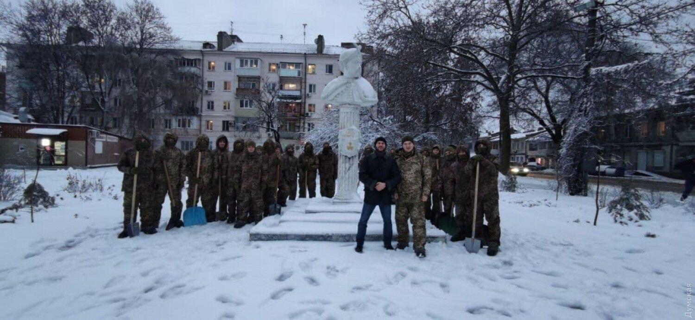 Будущие офицеры Десантно-штурмовых войск расчищали снег в Одессе