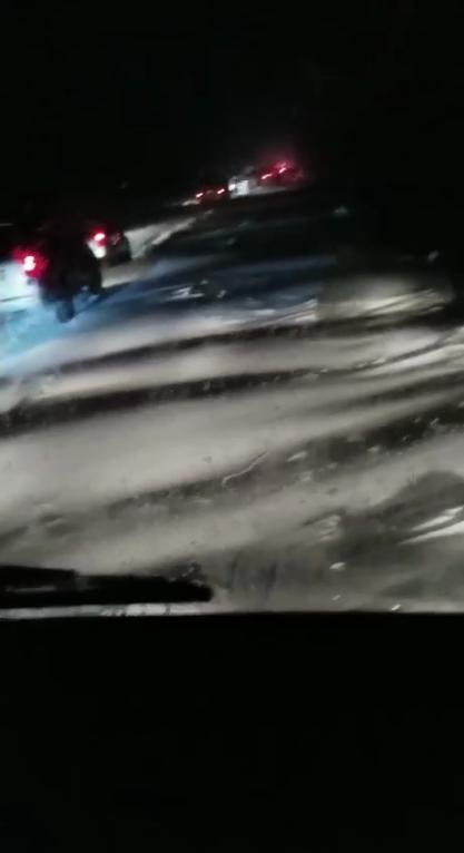 Волны снега на дороге под Одессой