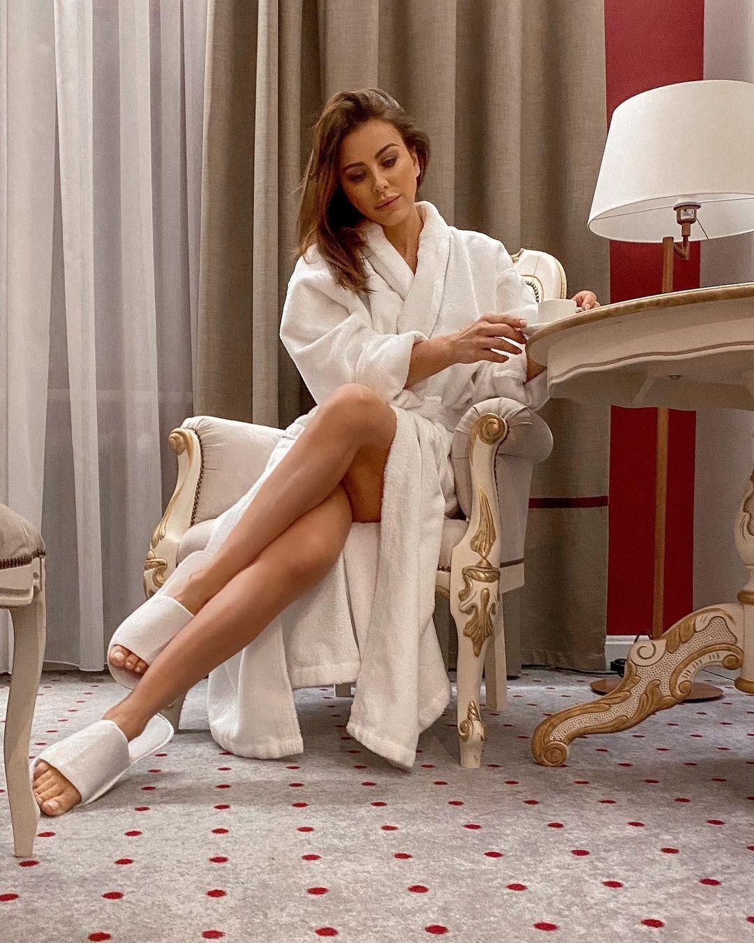 Ани Лорак позирует в халате