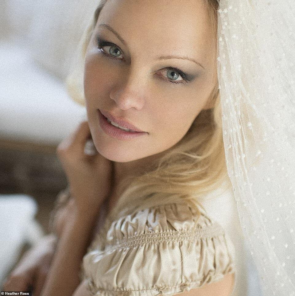 Памела Андерсон в свадебном образе