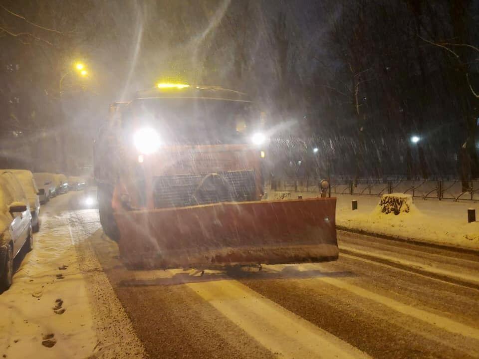 Уборка снега началась еще ночью.