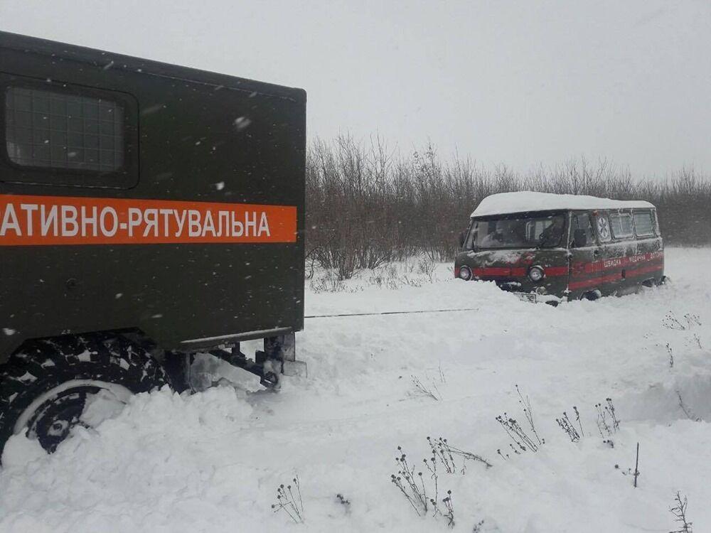 Из снежного заноса отбуксировали карету скорой помощи