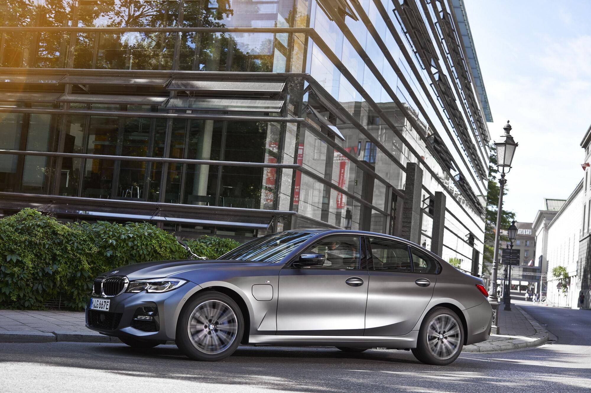 """BMW 320e Sedan розганяється до """"сотні"""" за 7,6 с"""