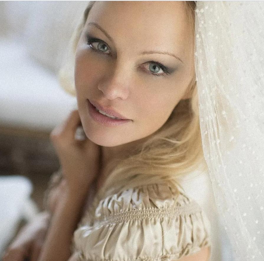 Памела Андерсон в свадебном наряде.