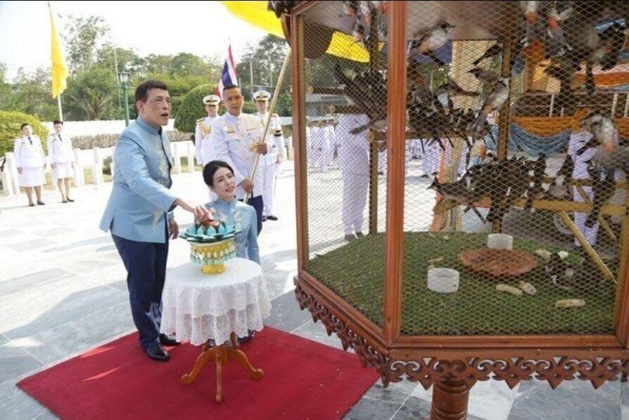 Рама X и Сининат выпустили на волю птиц.