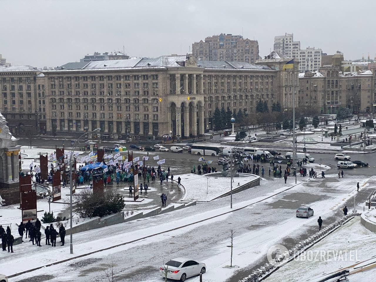 Митингующие собираются на Майдане Незалежности.