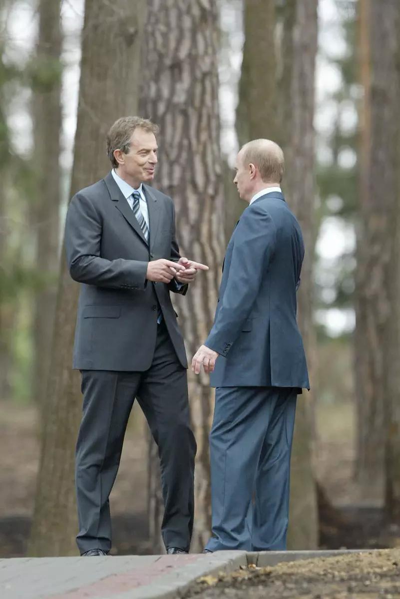 По слухам, Путин носит свободную одежду из-за экземы на ногах