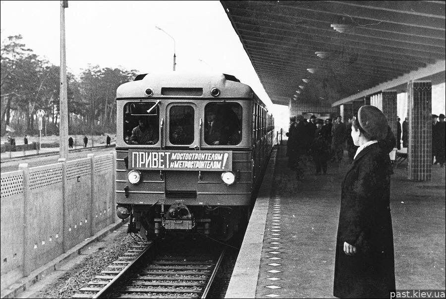 """Поезд прибывает на станцию """"Дарница"""""""