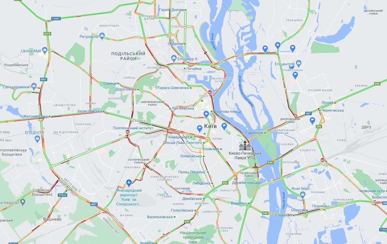 В Киеве из-за снегопада образовались многочисленные пробки.