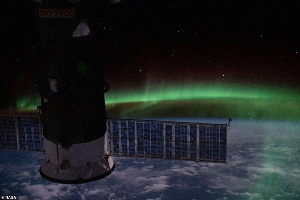 На фото от 7 января изображен космический корабль на фоне сияния