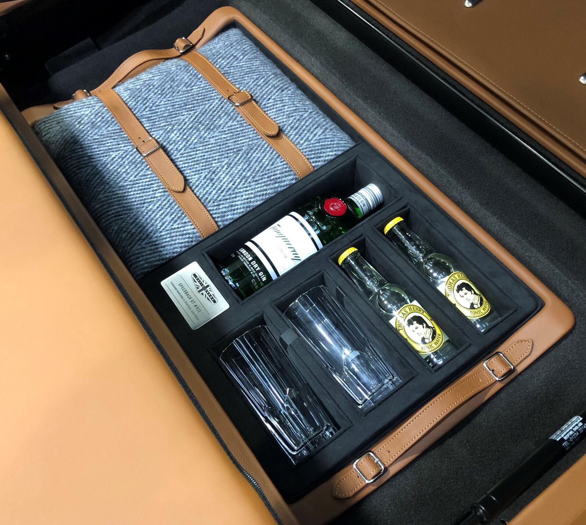 У багажнику можна виявити набір аксесуарів для любителів джин-тоніка