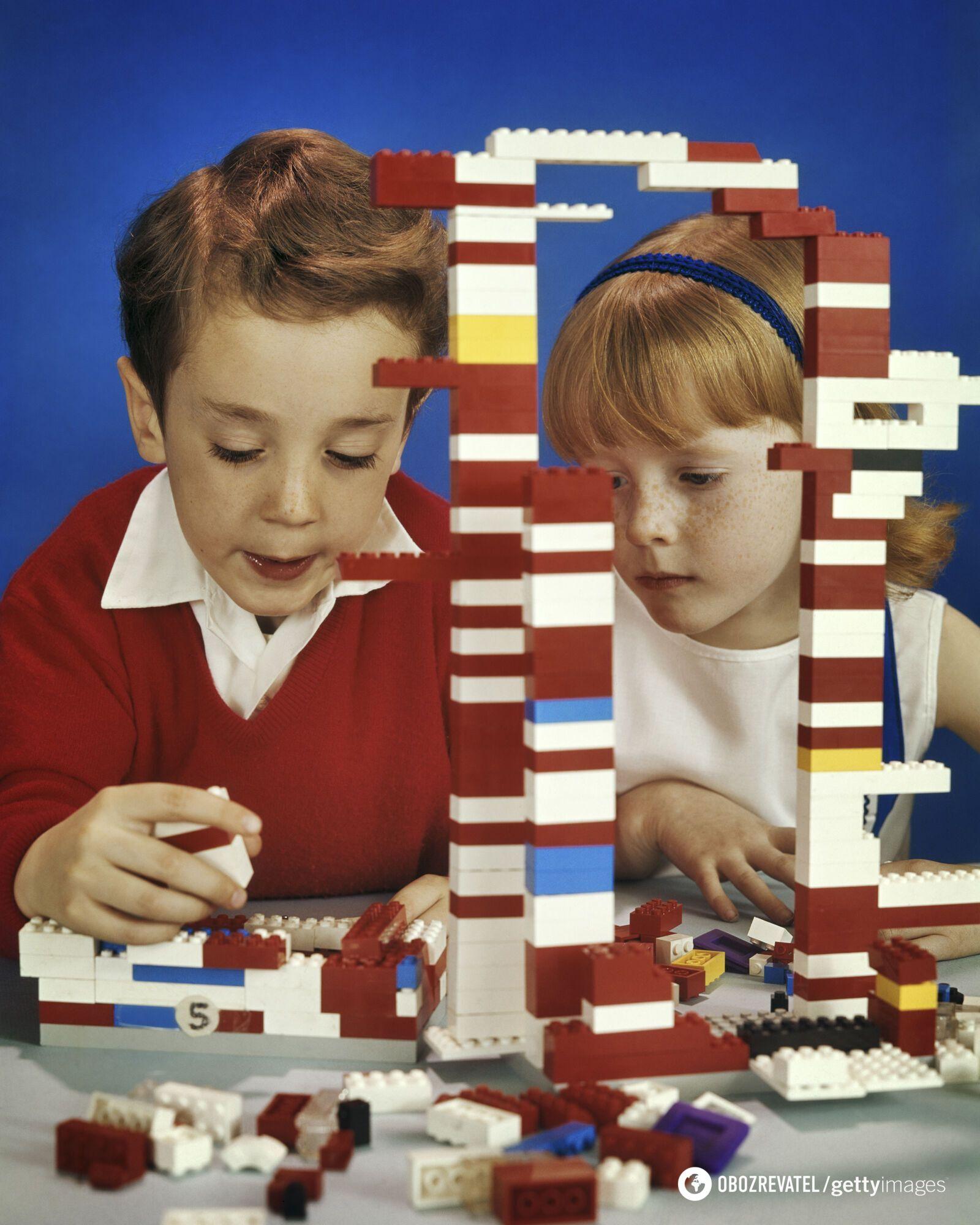 Діти грають в Lego