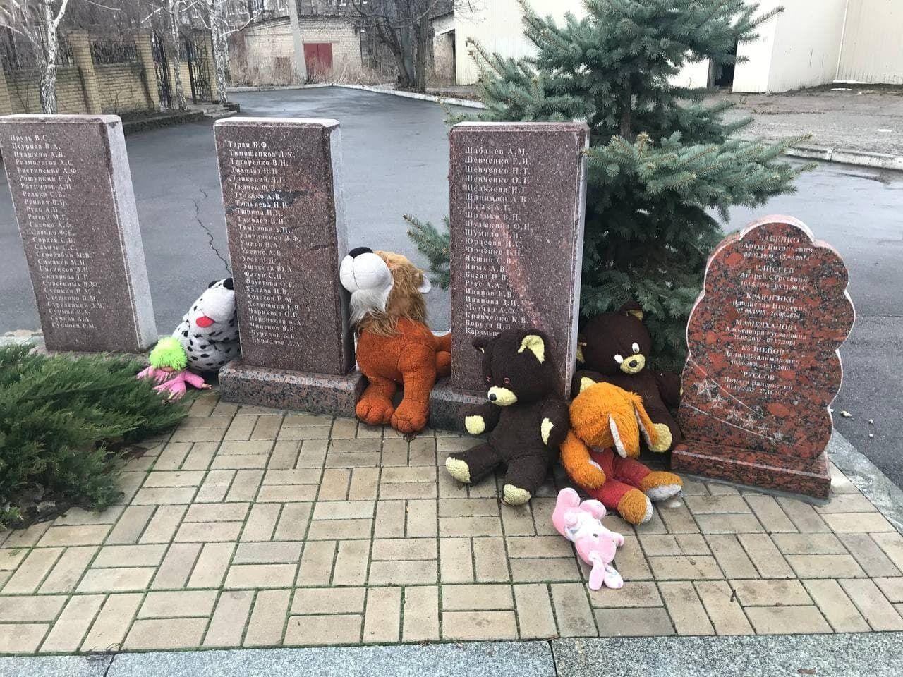 Детские игрушки возле мемориала