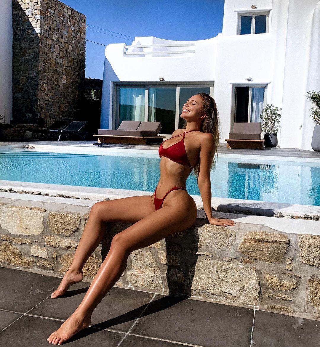 Вероника Белик возле бассейна