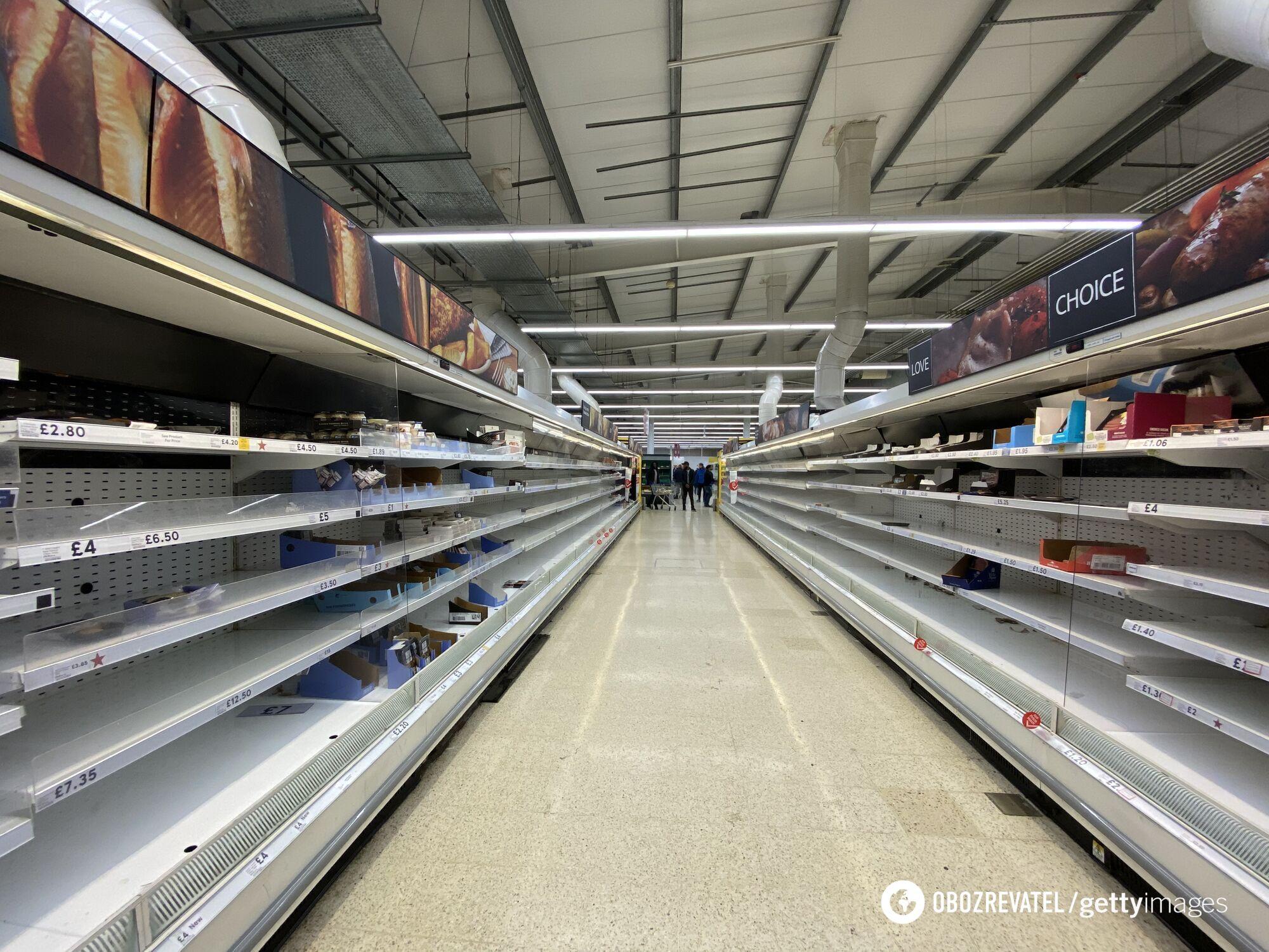Пустые полки в супермаркете Tesco в Лондоне