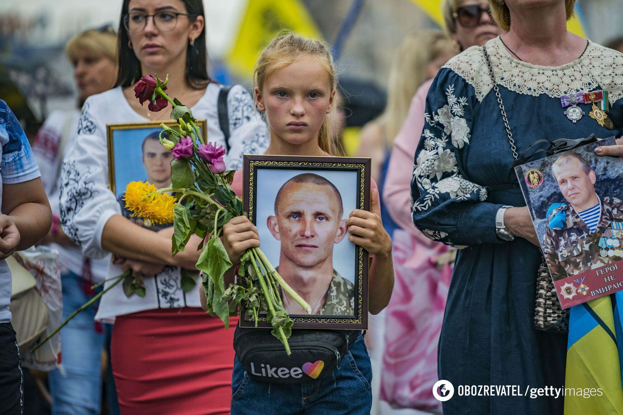 Дочь Ярослава Журавля с портретом погибшего отца