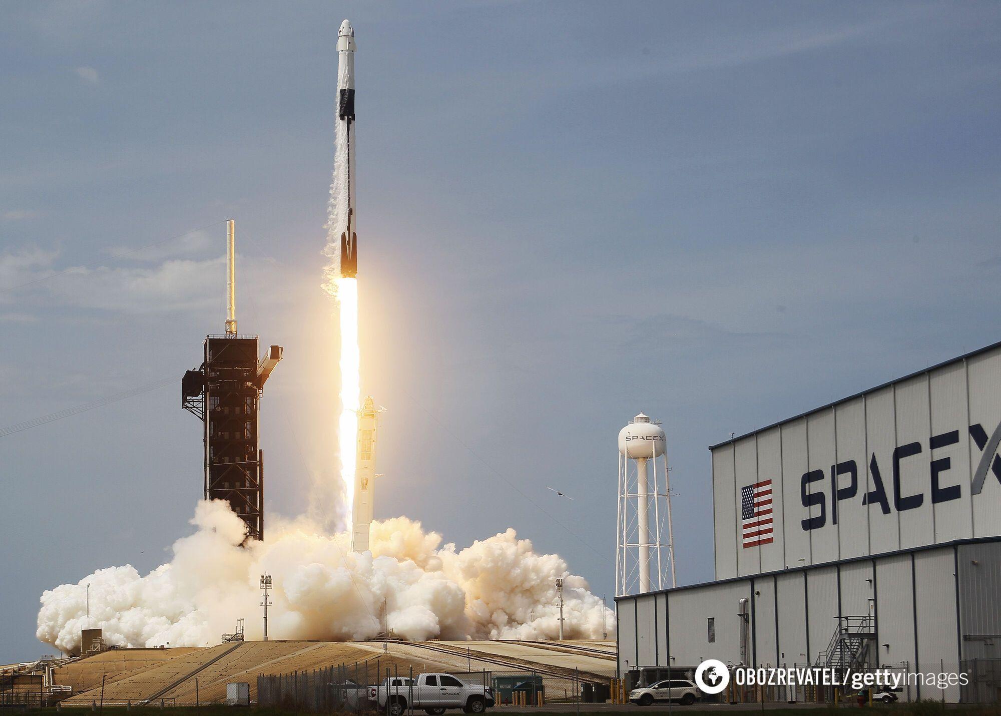 Ракета SpaceX Falcon 9 с космическим кораблем Crew Dragon