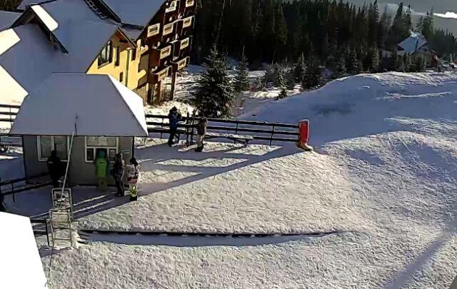 Снег радует туристов