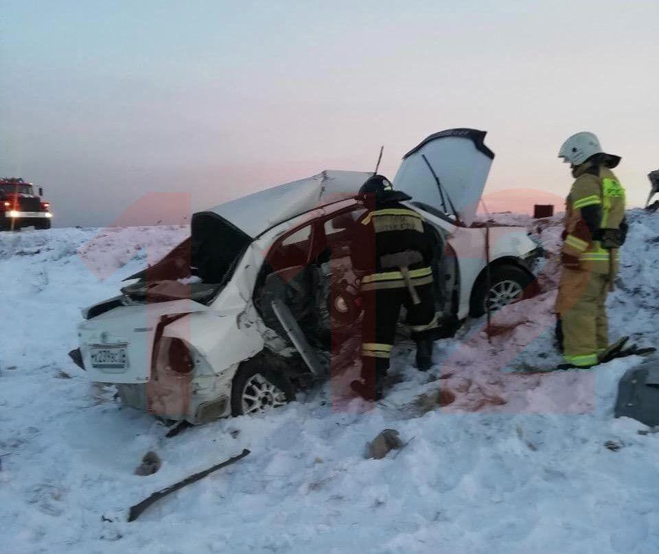 Произошло лобовое столкновение двух автомобилей