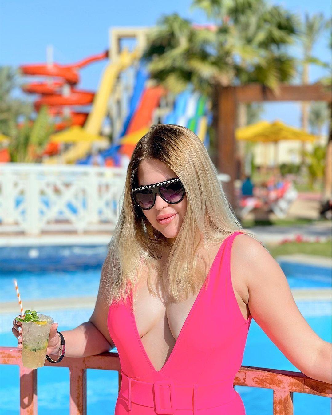 Аріна Корнієнко в рожевому купальнику