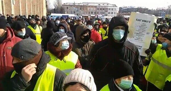 29 января возле здания горсовета собрались более 200 человек, отстаивающих свое право на труд