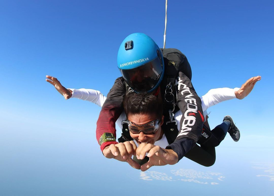 Санта Димопулос прыгнула с парашютом в Дубаи.